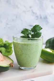 Glas gezonde smoothie met avocado en paprika op lichte ondergrond