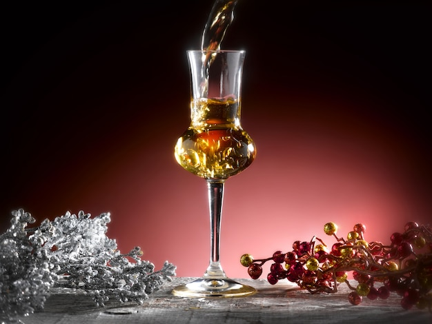Glas grappa in een kerstsetting