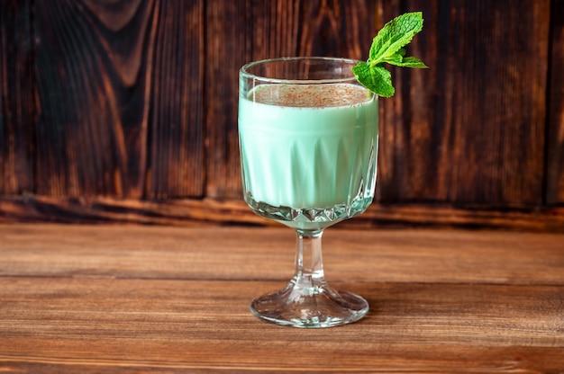 Glas grasshopper cocktail gegarneerd met munt en geraspte chocolade