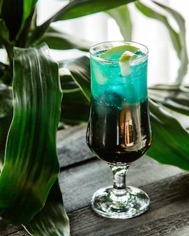 Glas groene cocktail gegarneerd met appel schijfje