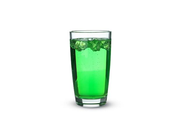Glas groene soda geïsoleerd op een witte ondergrond