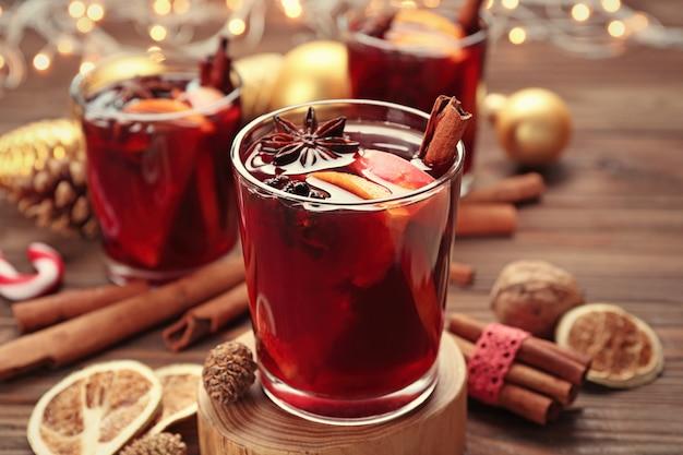 Glas heerlijke kerst glühwein op houten standaard, close-up