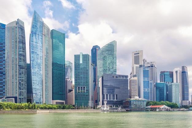 Glas hoge wolkenkrabbers in het centrum van singapore aan de waterkant.