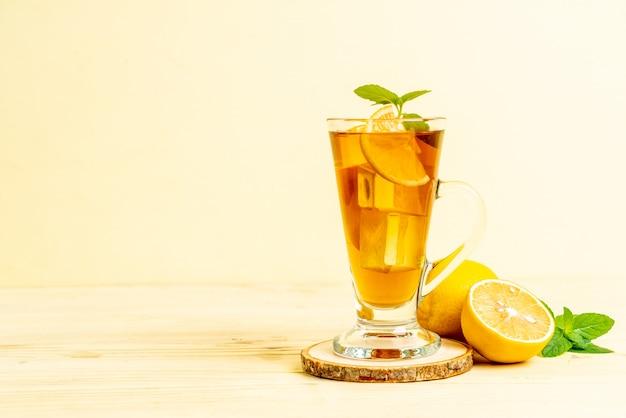 Glas ijs citroenthee met munt