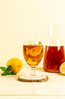Glas ijs-citroenthee met munt