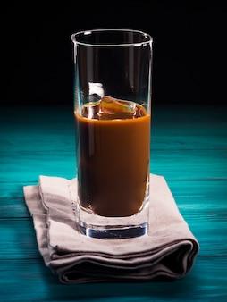 Glas ijskoffie drinken