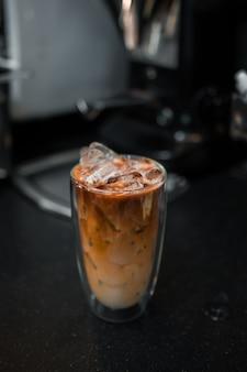 Glas ijskoffie met melk op tafel