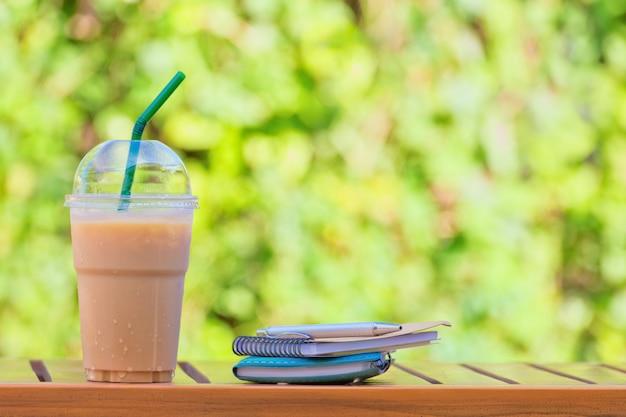 Glas ijskoffie op mooie groene natuurlijke achtergrond.