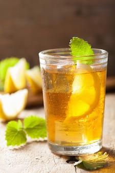Glas ijsthee met citroen en melissa