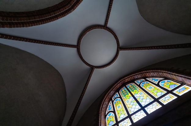 Glas in lood raam in de oude kathedraal