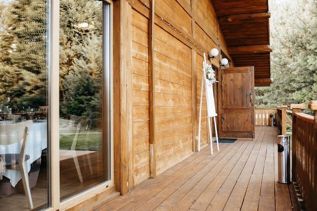 Glas in lood raam in een houten huis op het landgoed van een feestelijk bruiloftsbanket