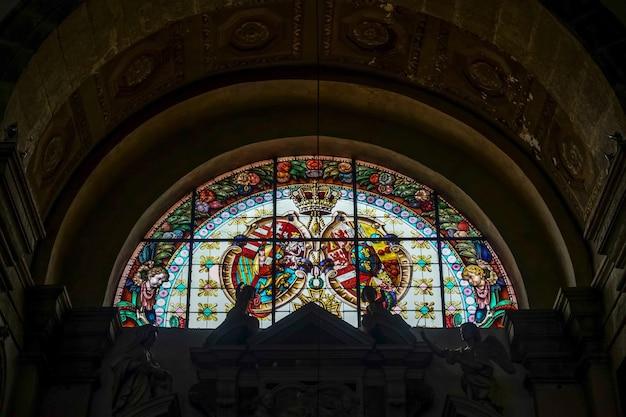 Glas-in-loodraam in de collegiale kerk in arco trentino, italië