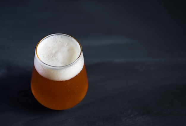 Glas ipa-ambachtelijk bier op een donkere betonnen tafel met kopie ruimte