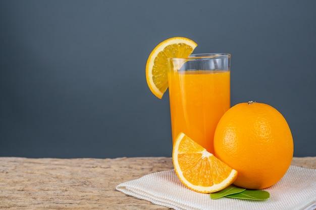 Glas jus d'orange op hout wordt geplaatst dat.