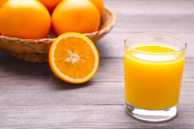 Glas jus d'orange op houten lijst
