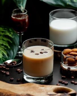Glas koffie cocktail gegarneerd met koffiebonen