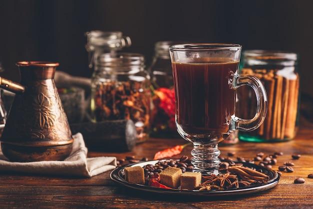 Glas koffie met kruiden.