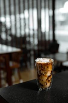 Glas koffie met melk op tafel