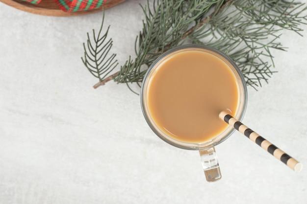 Glas koffie met stro op marmeren oppervlak.