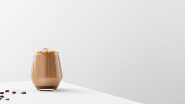 Glas koffie op tafel