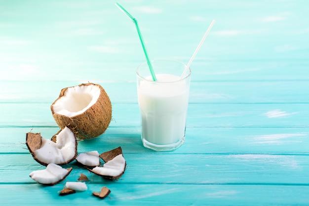 Glas kokosmelk op blauwe houten lijst