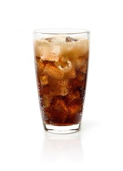 Glas koladrank met ijs dat op witte achtergrond wordt geïsoleerd