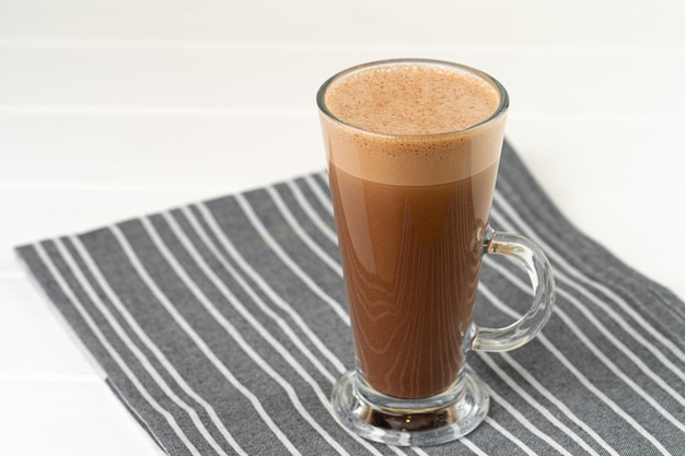Glas kopje cacao drinken op witte houten tafel close-up