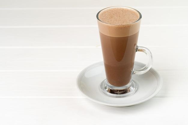 Glas kopje cacao drinken op witte houten tafel