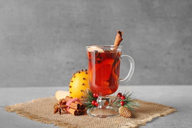Glas kopje heerlijke glühwein met kerst decor op zak