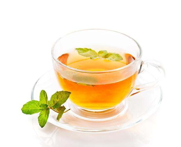 Glas kopje thee met munt geïsoleerd op wit