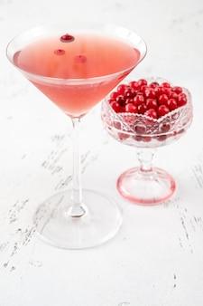 Glas kosmopolitische cocktail met verse amerikaanse veenbessen
