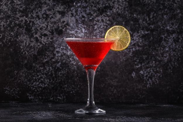 Glas kosmopolitische cocktail versierd met limoen, selectieve aandacht