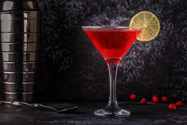 Glas kosmopolitische cocktail versierd met limoen