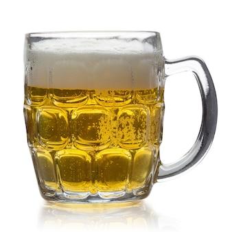 Glas koud bier dat op witte achtergrond wordt geïsoleerd
