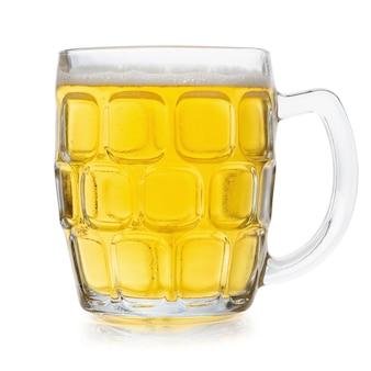 Glas koud bier dat op witte achtergrond wordt geïsoleerd.