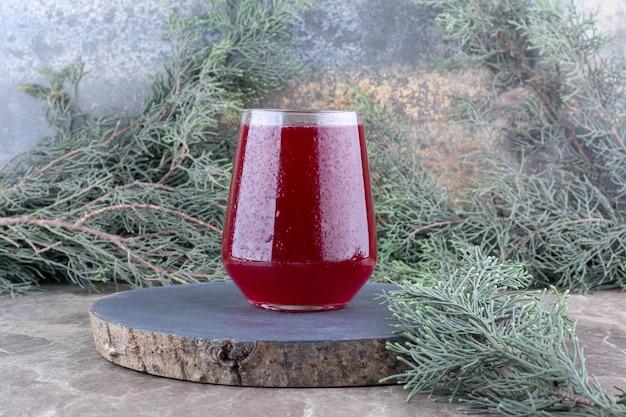 Glas koude limonade op houten stuk