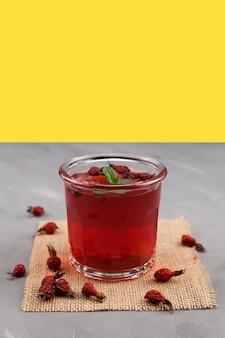 Glas kruidenthee gemaakt van hibiscus en gedroogde rozenbottels. gezonde drank om de immuniteit te behouden.