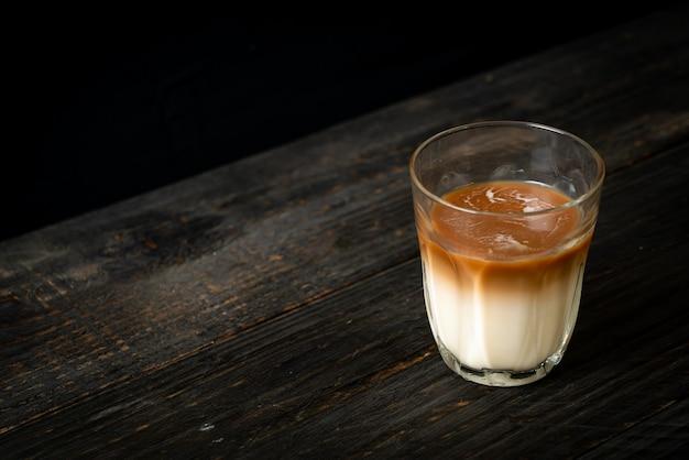 Glas latte koffie, koffie met melk op hout achtergrond