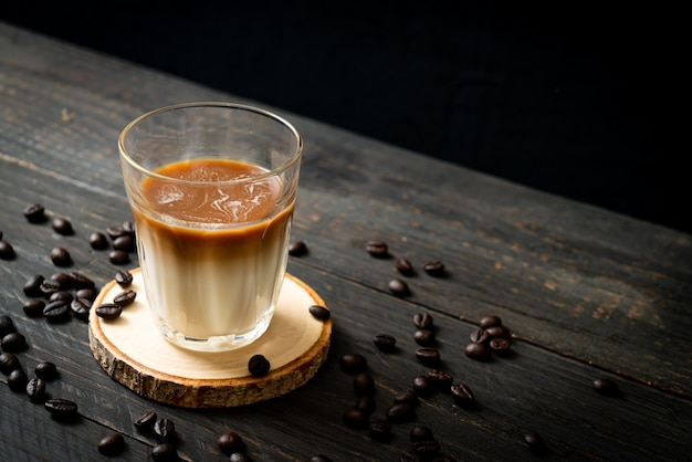 Glas latte-koffie, koffie met melk op houten achtergrond
