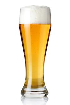 Glas licht bier dat op een wit wordt geïsoleerd