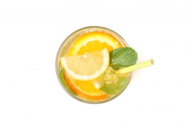 Glas limonade geïsoleerd op een witte ondergrond