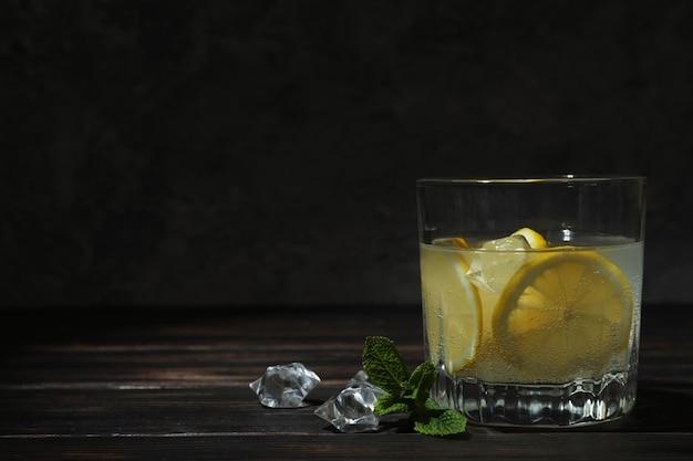 Glas limonade op houten tafel, ruimte voor tekst