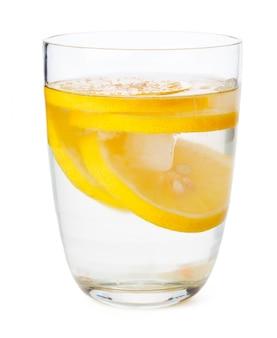 Glas limonade op wit wordt geïsoleerd dat