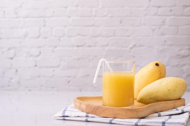 Glas mangosap op keukenlijst.