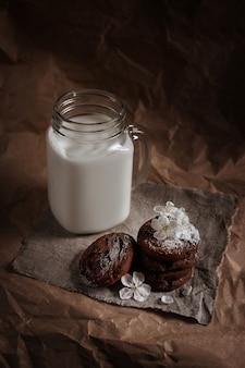 Glas melk en chocoladeschilferkoekjes