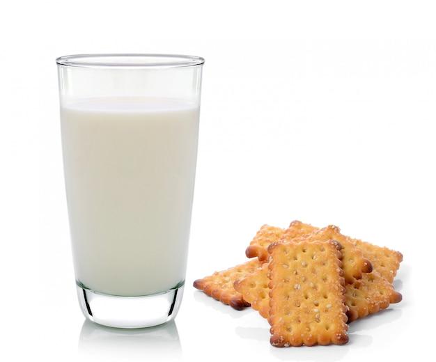 Glas melk en cracker die op wit wordt geïsoleerd
