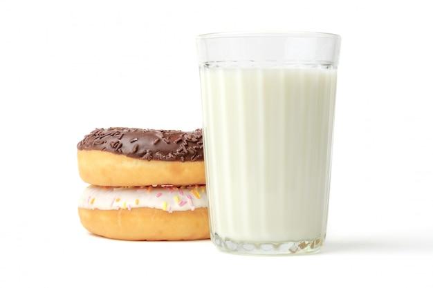 Glas melk en donuts