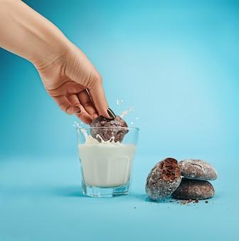 Glas melk en havermoutkoekjes