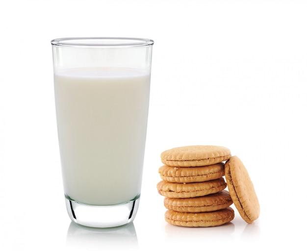 Glas melk en koekjes die op wit wordt geïsoleerd