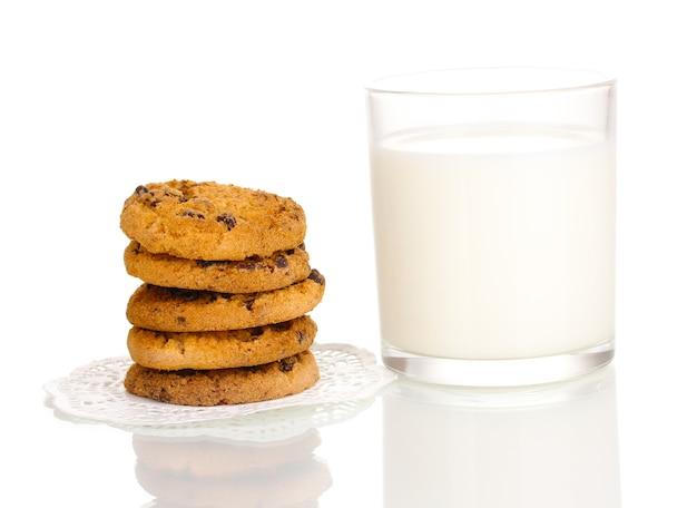 Glas melk en koekjes geïsoleerd op wit
